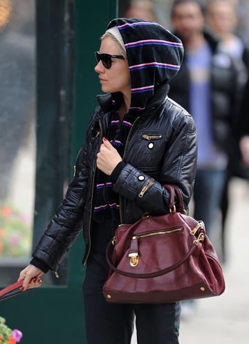 Sienna Miller la brat cu geanta Prada