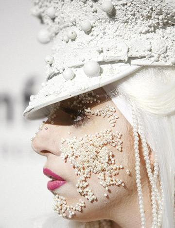 Lady Gaga poarta perlele lipite de fata