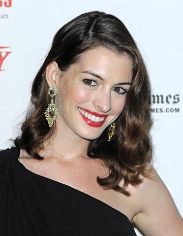 Bijuteriile lui Anne Hathaway vor fi licitate.