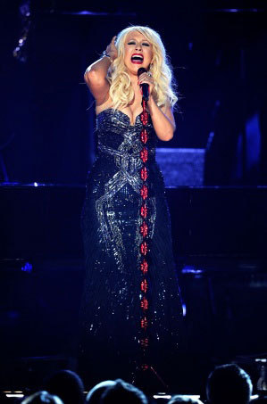 Christina Aguilera a cazut pe scena Premiilor Grammy