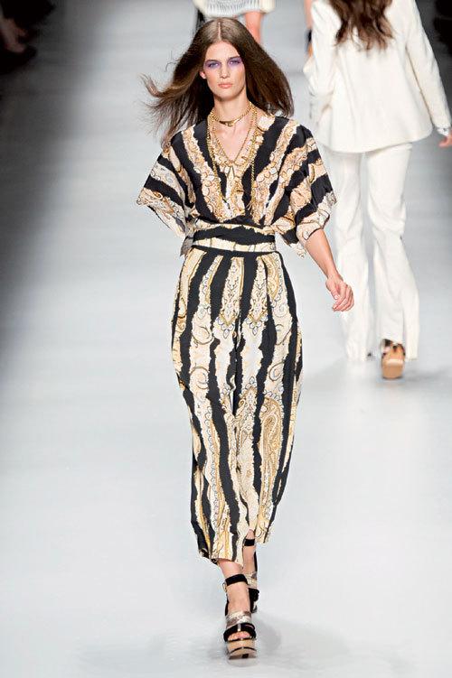 Tendinte fashion: rochii fluide si bijuterii spectaculoase
