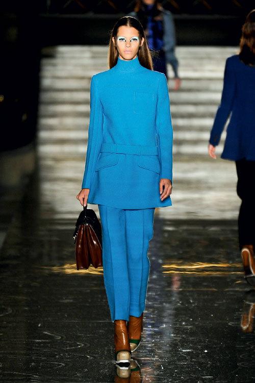 Tendinte moda toamna iarna: albastru infinit