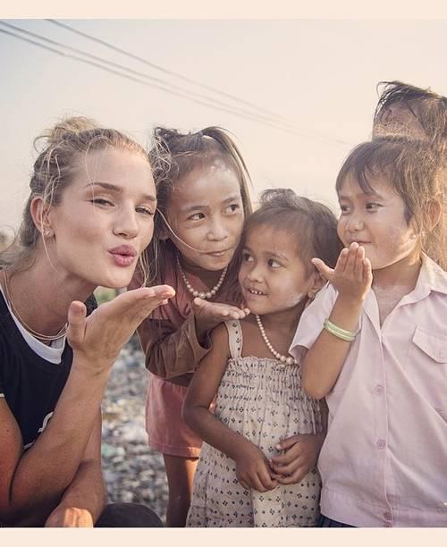 Rosie Huntington-Whiteley, in vizita umanitara in Cambodgia