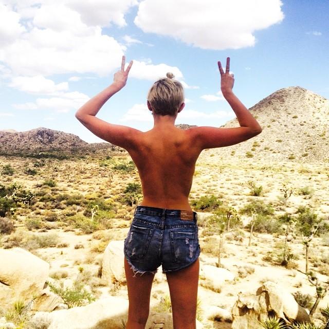 Back-selfie, noul trend impus de vedete pe instagram