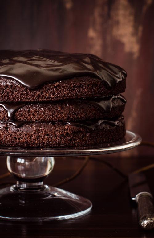 Tort de ciocolata neagra cu glazura de vin rosu