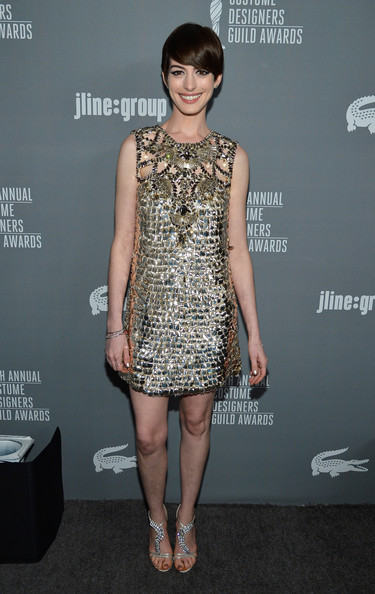 Star Style: Anne Hathaway in 10 tinute stylish pe covorul rosu