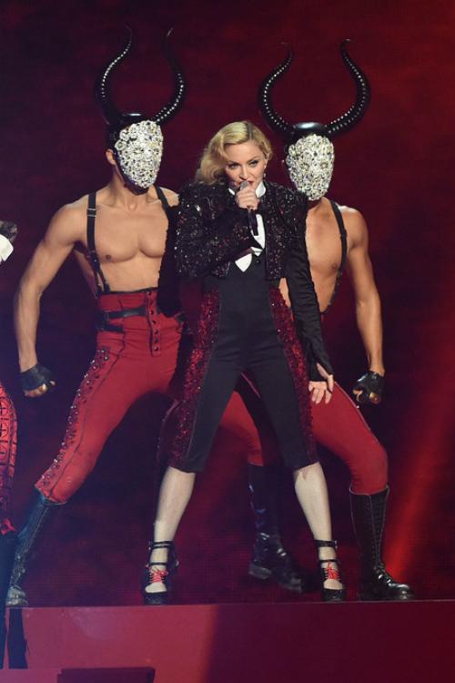 Madonna a cazut pe scena la Brit Awards 2015! (Video)