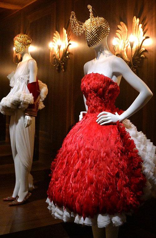 """Alexander McQueen se intoarce la Londra cu expozitia """"Savage Beauty"""""""