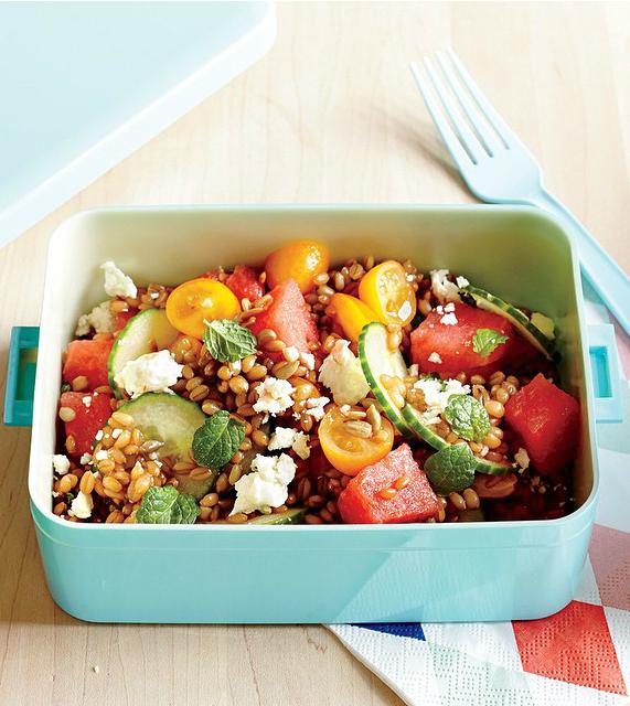 Salata cu pepene rosu, boabe de grau si branza feta
