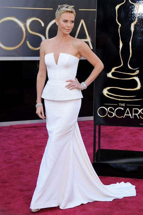 Star Style: Charlize Theron in zece tinute clasice pe covorul rosu