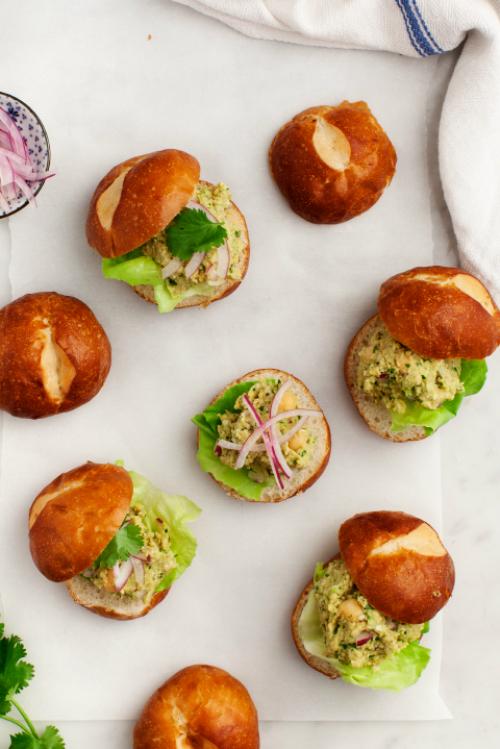 Mini burgeri cu salata de naut