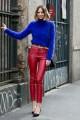 Puloverul din angora, in cea mai sexy nuanta de albastru Klein, alaturi de pantalonii rosii din piele, formeaza un duo perfect!