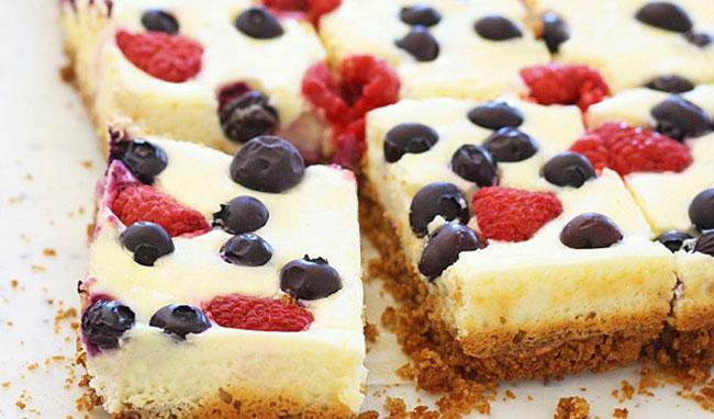Batoane cheesecake cu fructe de padure