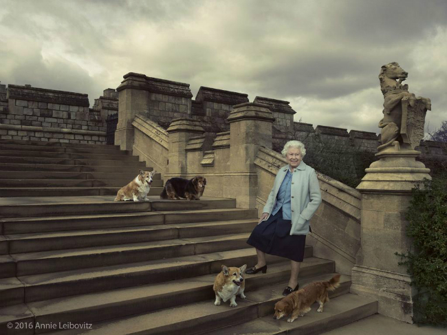 Cateva dintre cele mai ciudate drepturi si privilegii ale Reginei Elisabeta a II-a