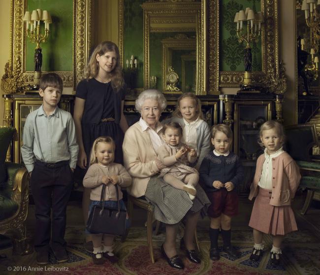 Trei fotografii remarcabile marcheaza astazi cea de-a 90-a aniversare a Reginei Elisabeta a II-a