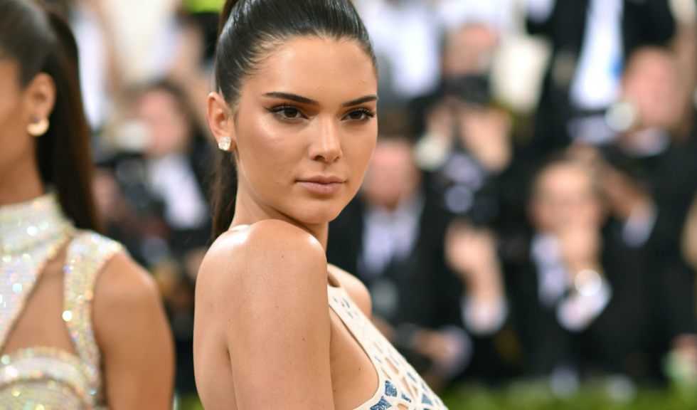 Kendall Jenner: 10 tinute stylish pe covorul rosu (VIDEO)