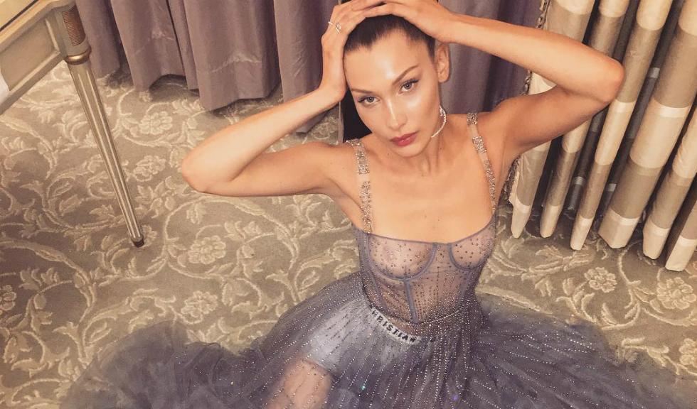 Bella Hadid se plimba in lenjerie in noul tutorial de make-up de la Dior