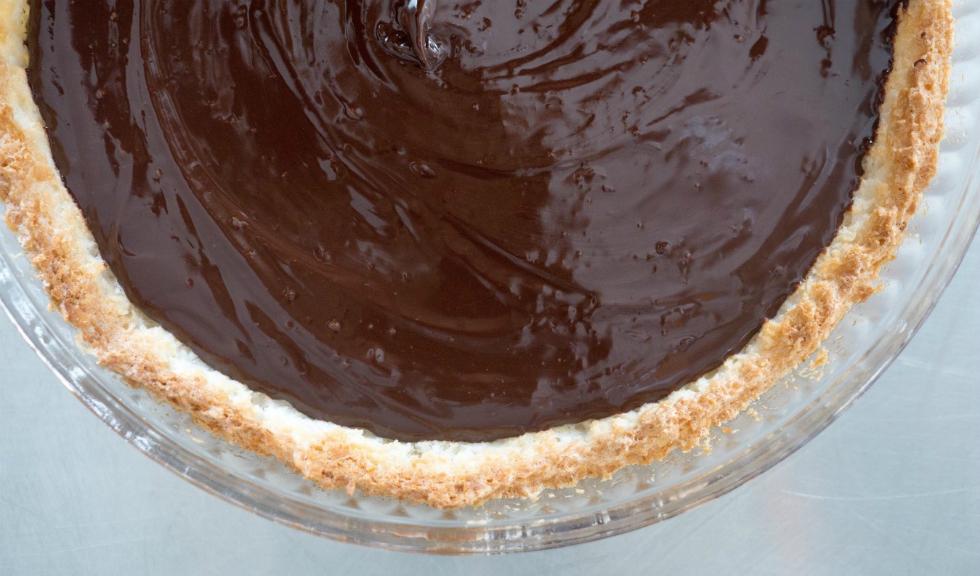 Tarta cu nuca de cocos si ganache de ciocolata neagra, de Ioana Dumitrescu