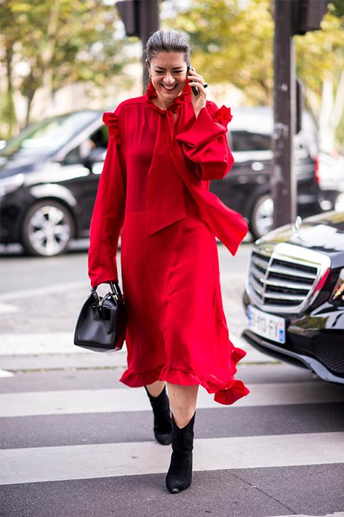 Tinuta I: O rochie de culoare rosie cu o pereche de ghete cu toc