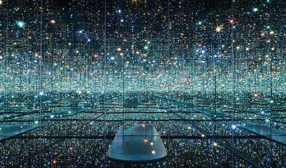 S-a deschis cea mai mare expozitie a excentricei artiste japoneze, Yayoi Kusama
