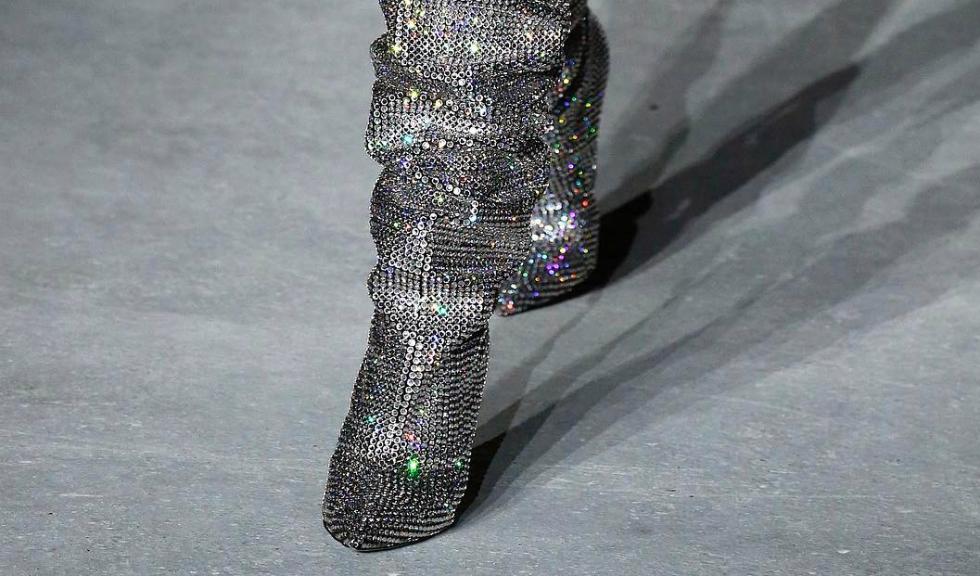 Exista deja o lista de asteptare pentru cizmele cu cristale Saint Laurent