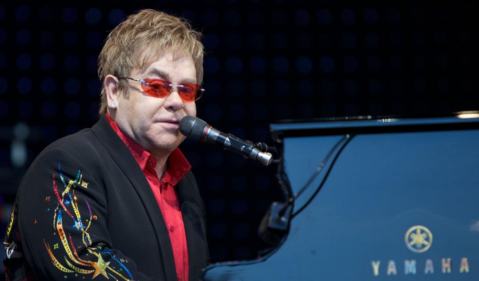 Elton John, internat de urgenta in spital