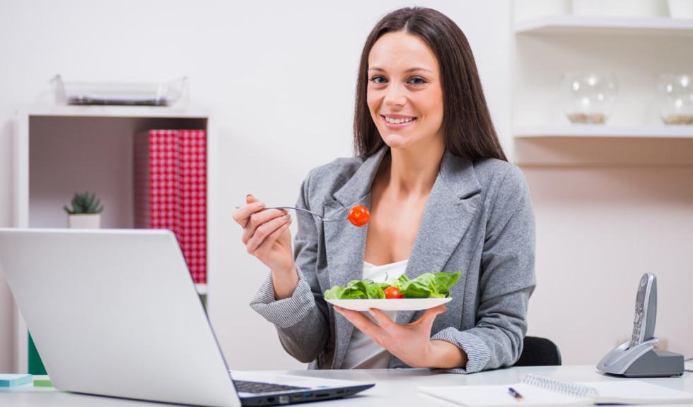 Pentru 2 din 3 angajați munca de birou le-a adus kilograme în plus