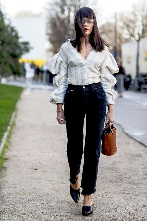 Pantalonii negri din denim – 14 sugestii cool despre cum ii poti purta