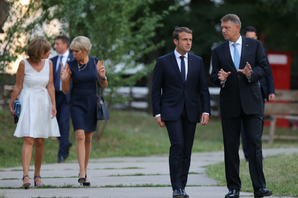 O batalie in genunchi: Carmen Iohannis si Brigitte Macron