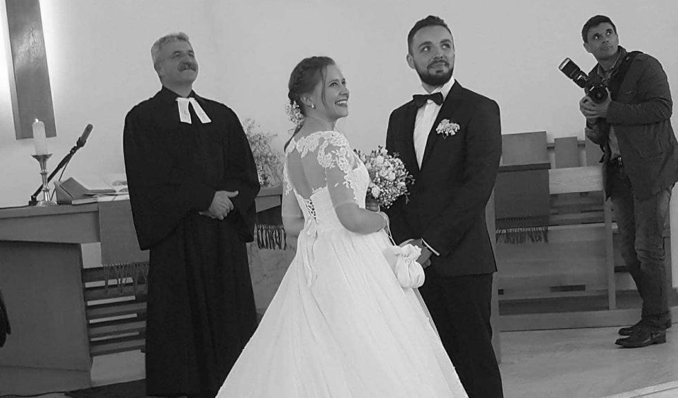 Povestea celor doi tineri care au cerut invitatilor la nunta lor sa le aduca mancare de caini in loc de flori
