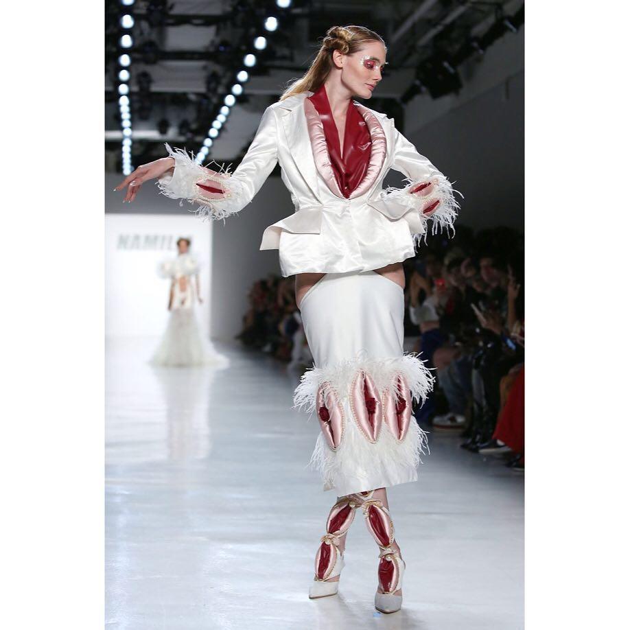 Surpriza la New York Fashion Week! A aparut o colectie foarte grafica despre… organele genitale feminine (GALERIE FOTO)