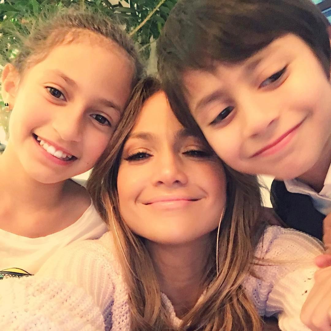 Imagini adorabile cu Jennifer Lopez si gemenii ei