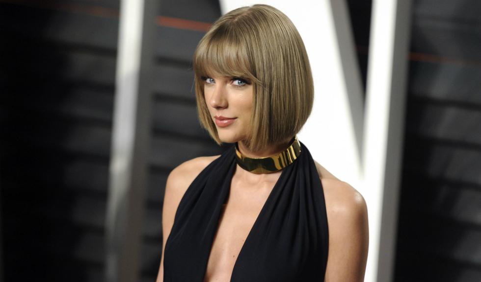 Taylor Swift iti arata cum poti intoarce in favoarea ta o greseala de stil si cum sa nu te iei in serios niciodata