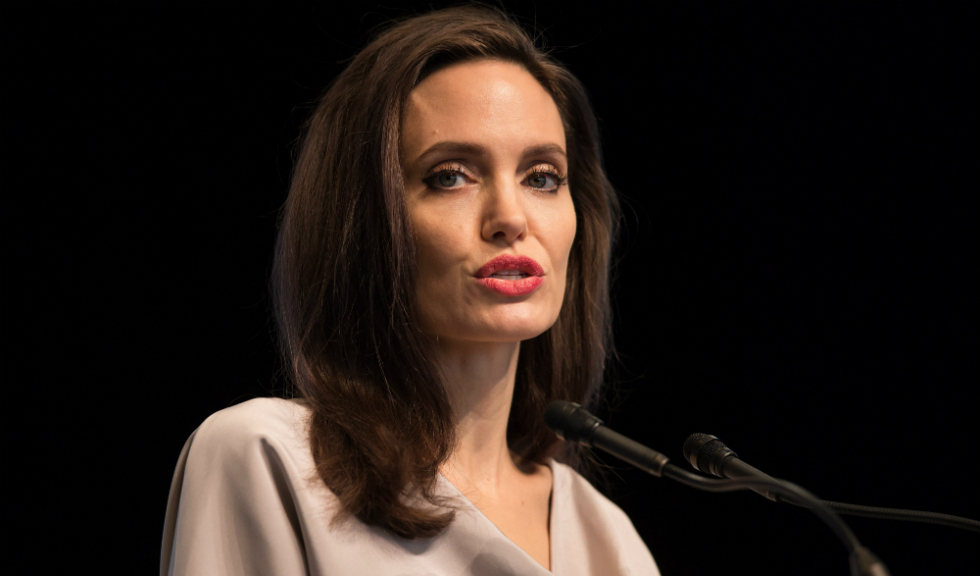 Angelina Jolie a tinut un discurs emotionant in care a facut aluzie la scandalul abuzurilor sexuale de la Hollywood