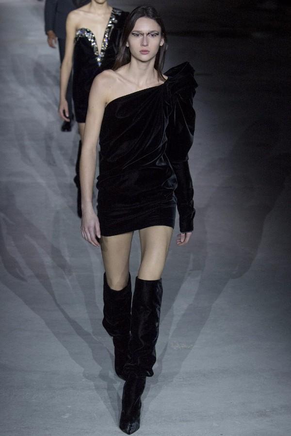 Shop the look! Rochia pe un umar si cizmele lungi