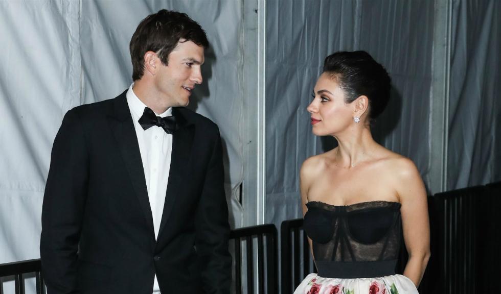 Sărutul dintre Mila Kunis și Ashton Kutcher, surprins pe Kiss Cam, este singurul care ne poate face să ne uităm la un meci de hochei