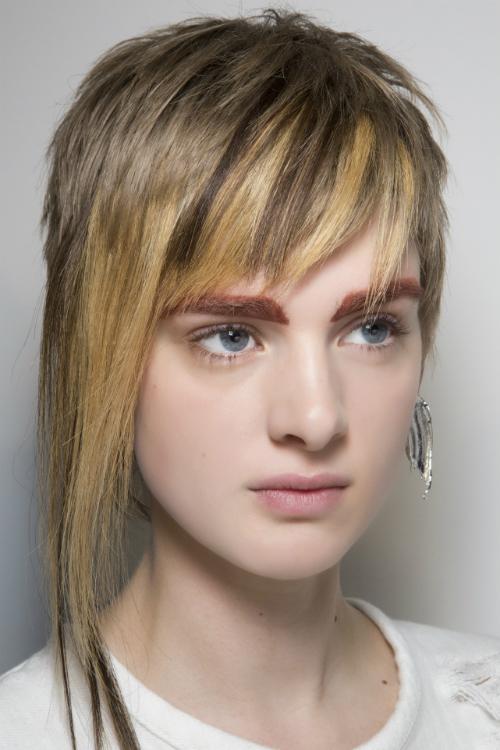Părul Scurt Asimetric și Cu Breton Filat îți Oferă Un Aer