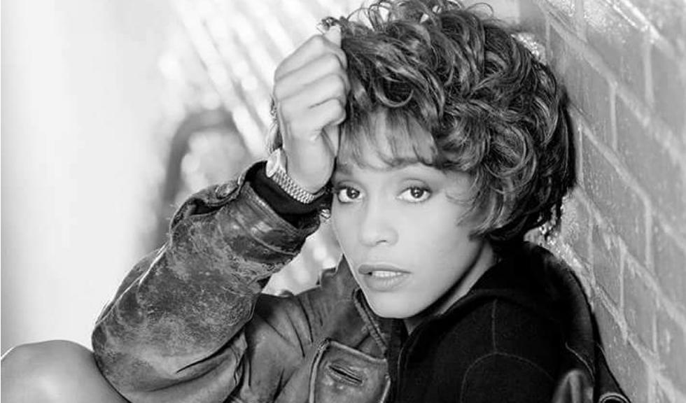 Whitney Houston ar fi fost abuzată sexual în copilărie de către o mătușă
