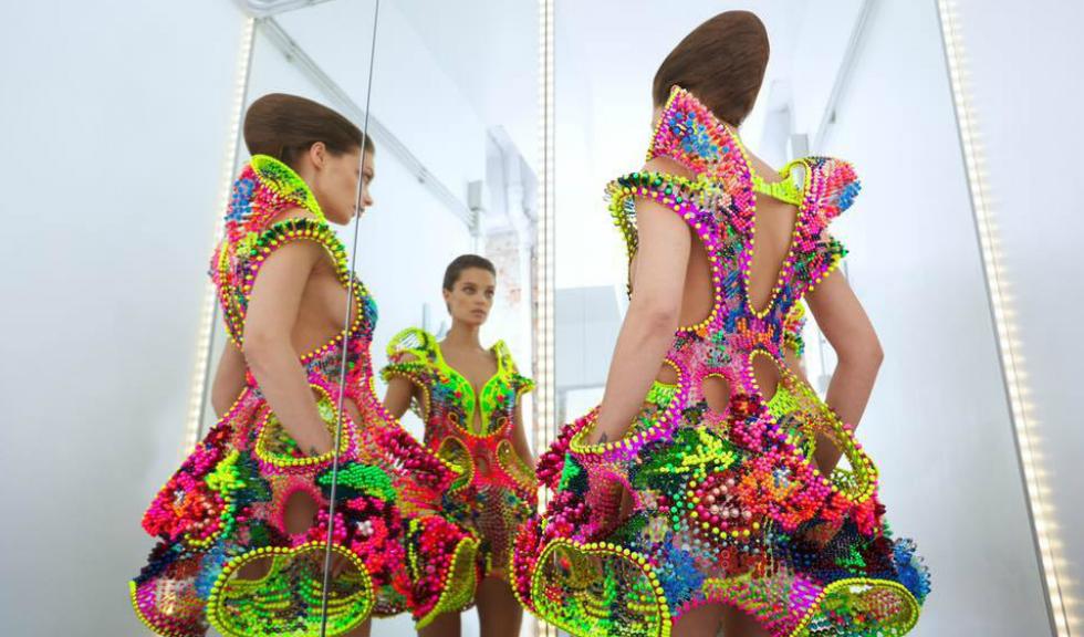 Bjork poartă pe scenă o rochie spectaculoasă imaginată de doi români