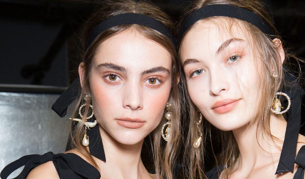 Când este timpul să arunci produsele de machiaj din trusa ta de make-up