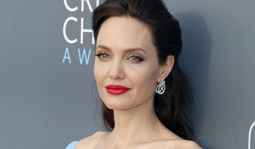 Angelina Jolie este acum blondă și greu de recunoscut în acest selfie postat pe Instagram