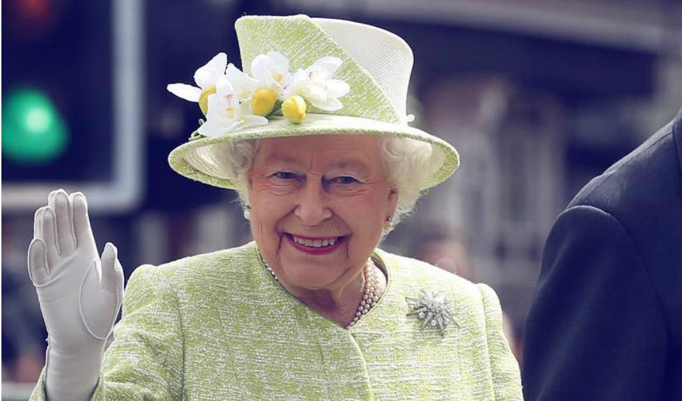 Regina Elisabeta a II-a deține o mână falsă pe care o poate folosi pentru cunoscutul ei salut