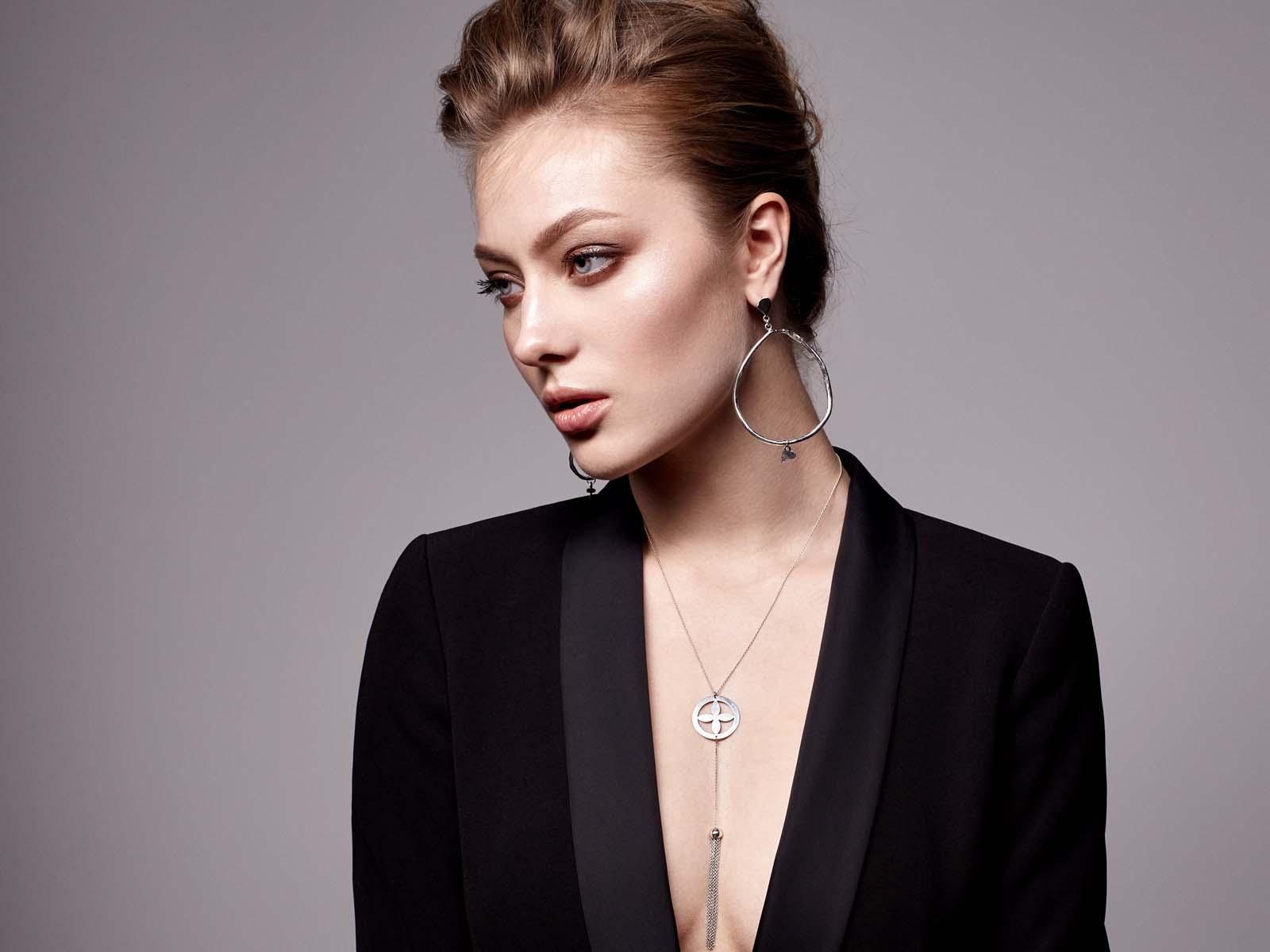 Descoperă de #MMC: Andreea Mogoșanu de la MOOGU și puterea de expresie care stă într-o bijuterie