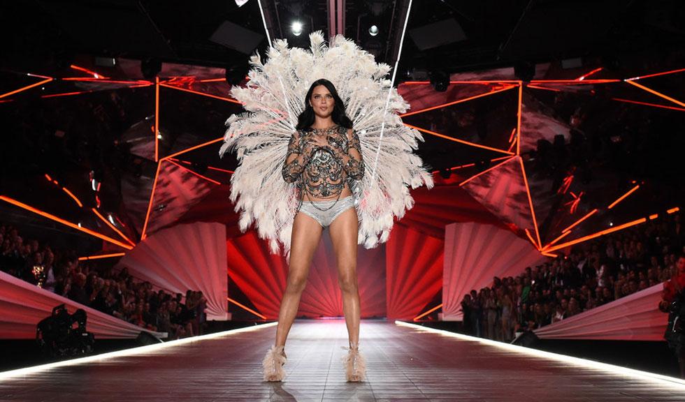 Adriana Lima renunță la Victoria's Secret și a făcut anunțul în timpul show-ului