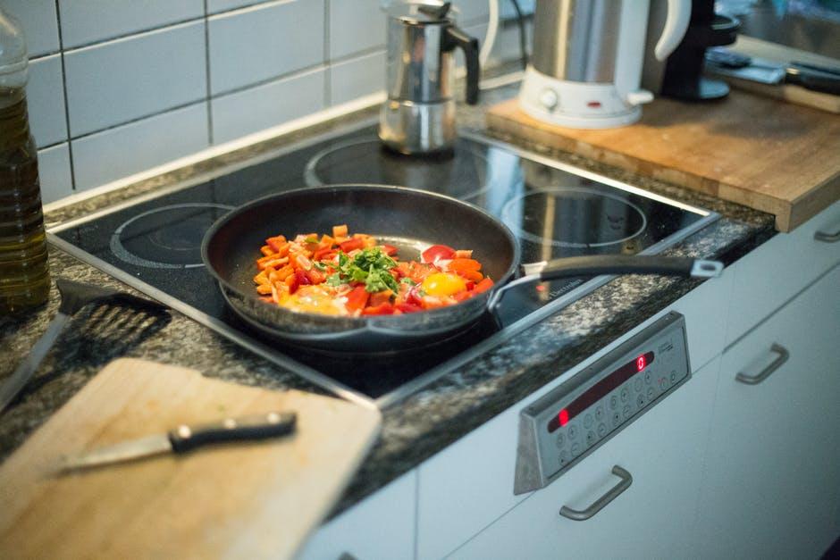 (P) Plite elecrice sau pe gaz – Ce se potrivește bucătariei tale?