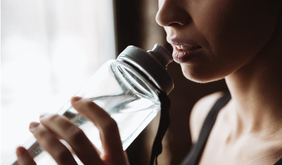 9 moduri practice în care poți bea mai multă apă