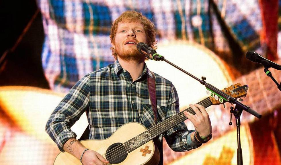 Ed Sheeran dezvăluie că, în școala primară, copiii râdeau de el pentru că era roșcat, însă susține că aspectul său diferit i-a adus succesul
