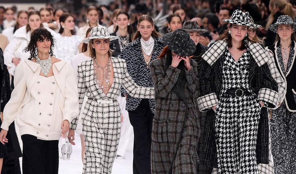 Prezentarea ultimei colecții Chanel, semnată de Karl Lagerfeld, a avut loc azi la Paris, reunind toate muzele casei Chanel pe podium!