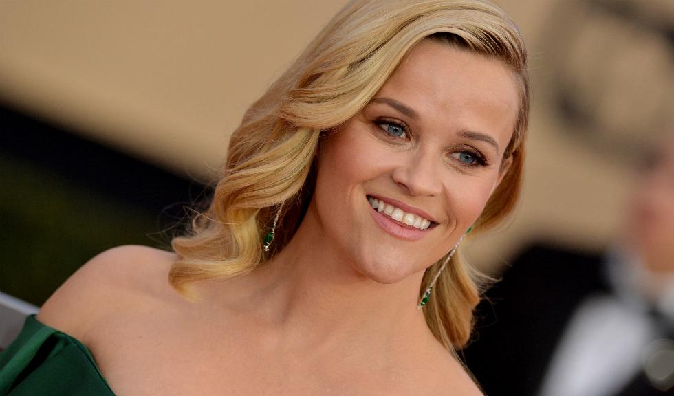 Reese Witherspoon își poartă cu mândrie ridurile și firele albe de păr