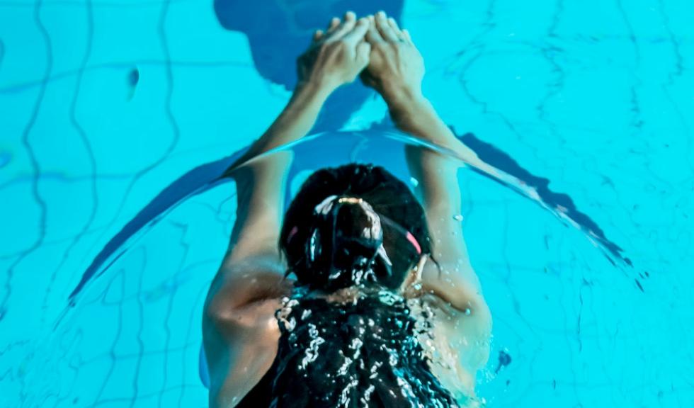 """""""Lucrurile se mișcă atunci când faci valuri"""" Designerul Irina Marinescu înoată pentru copiii cu autism la Swimathon"""